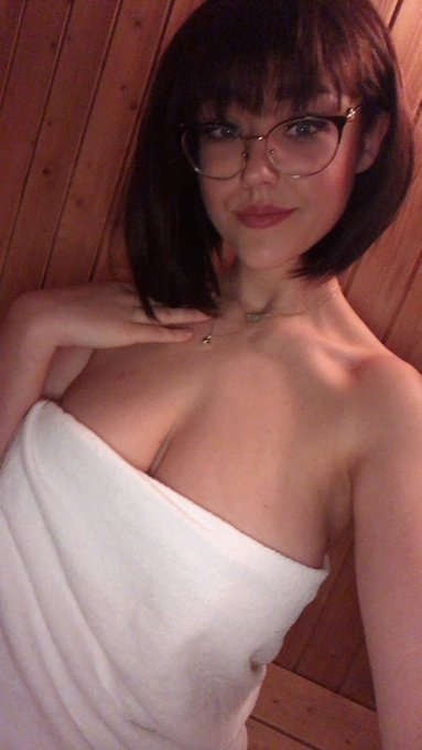 1 pic. Did a set in the tiniest little sauna and my god do I love the pics https://t.co/XaENEYPwnX