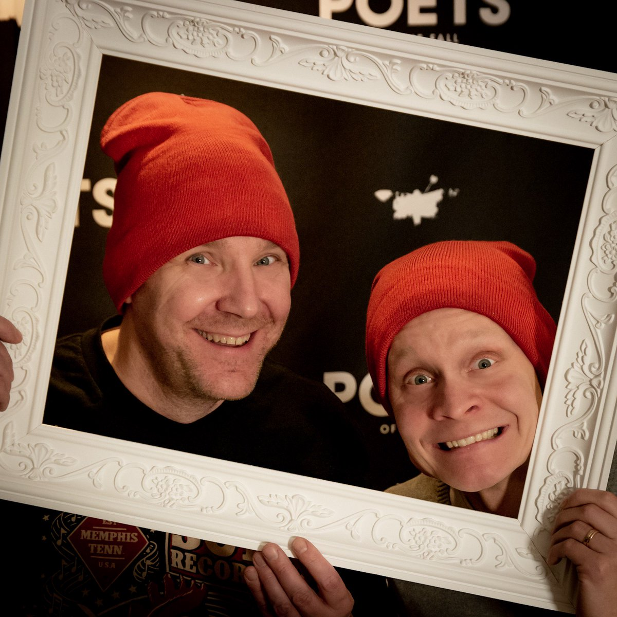 Merry Christmas and Happy Holidays everyone! 🎄We wish you happy times with your friends and family, no matter how you celebrate. We are also turning off the studio lights and taking a little break. Have a relaxing time and enjoy! 🎁❤️ #markopoets #ollipoets #captainpoets