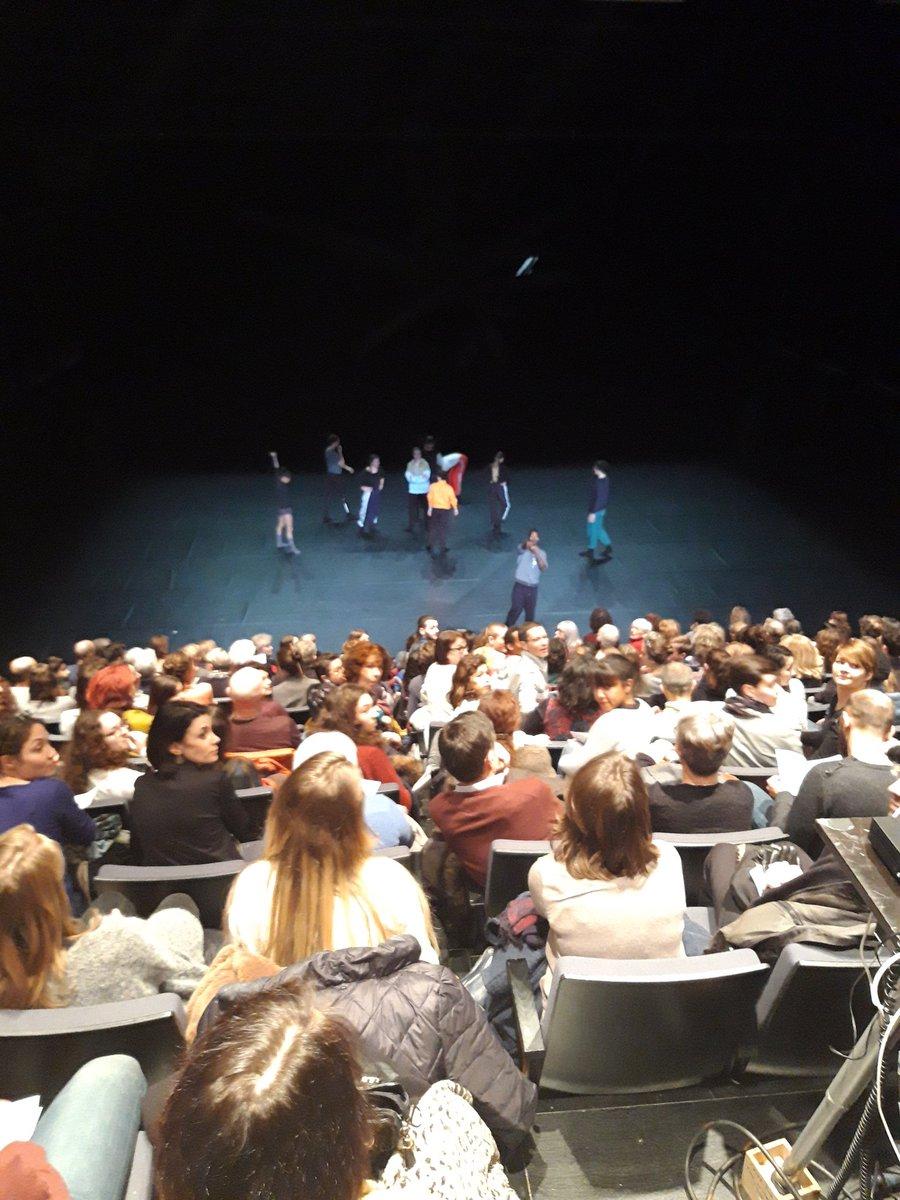 """Amala Dianor nous présente ses danseurs et son équipe technique avant de démarrer une présentation de son travail en cours """"The falling stardust"""" #cndc #CNDCAngers #CultureAngers #Angers #AncienÉlève"""