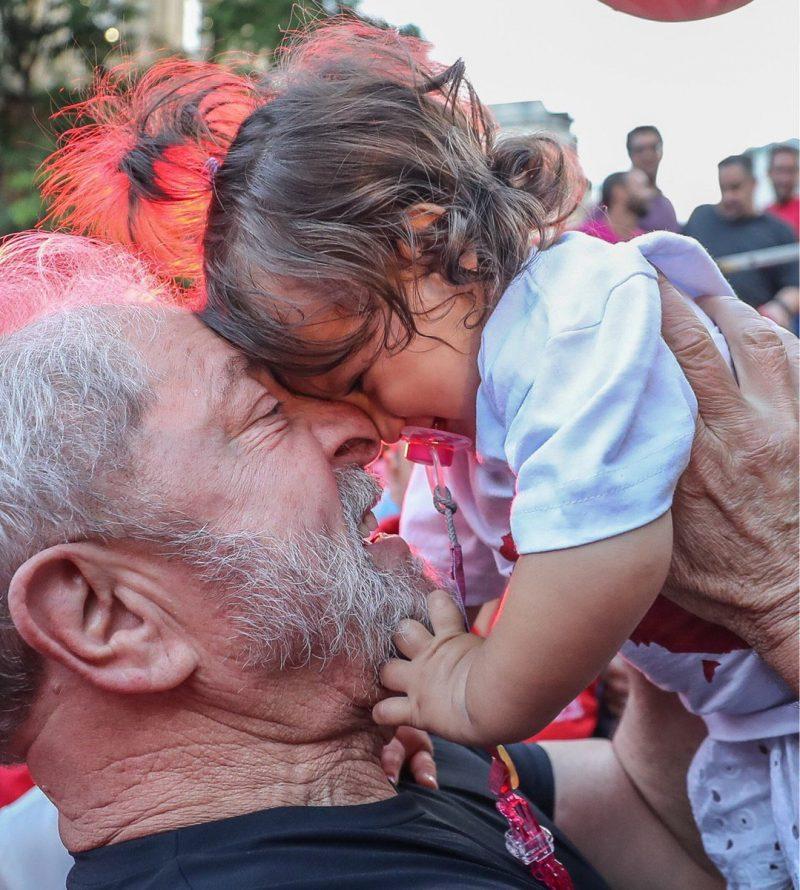 NÃO HÁ DEMOCRACIA SEM #LULALIVRE O maior líder popular do Brasil continua no cárcere, e é um preso político. Leia a nota no link abaixo: https://t.co/GXJ3Lzf7y6