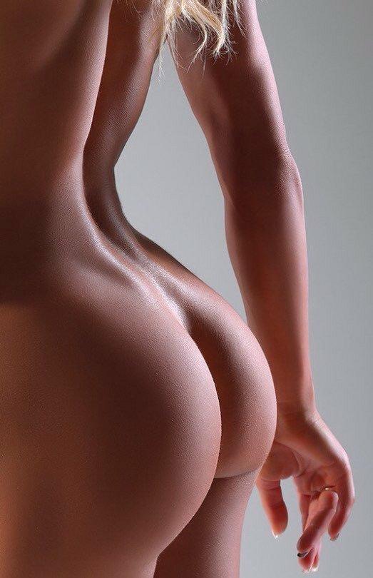 огромной базе голые красивые женщины вид сзади двое красивых парней
