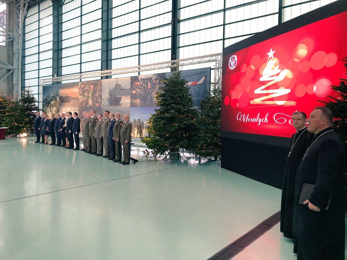 .@AndrzejDuda, @prezydentpl i @mblaszczak, szef @MON_GOV_PL uczestniczą w spotkaniu wigilijnym z żołnierzami w @1BLTr_Warszawa.