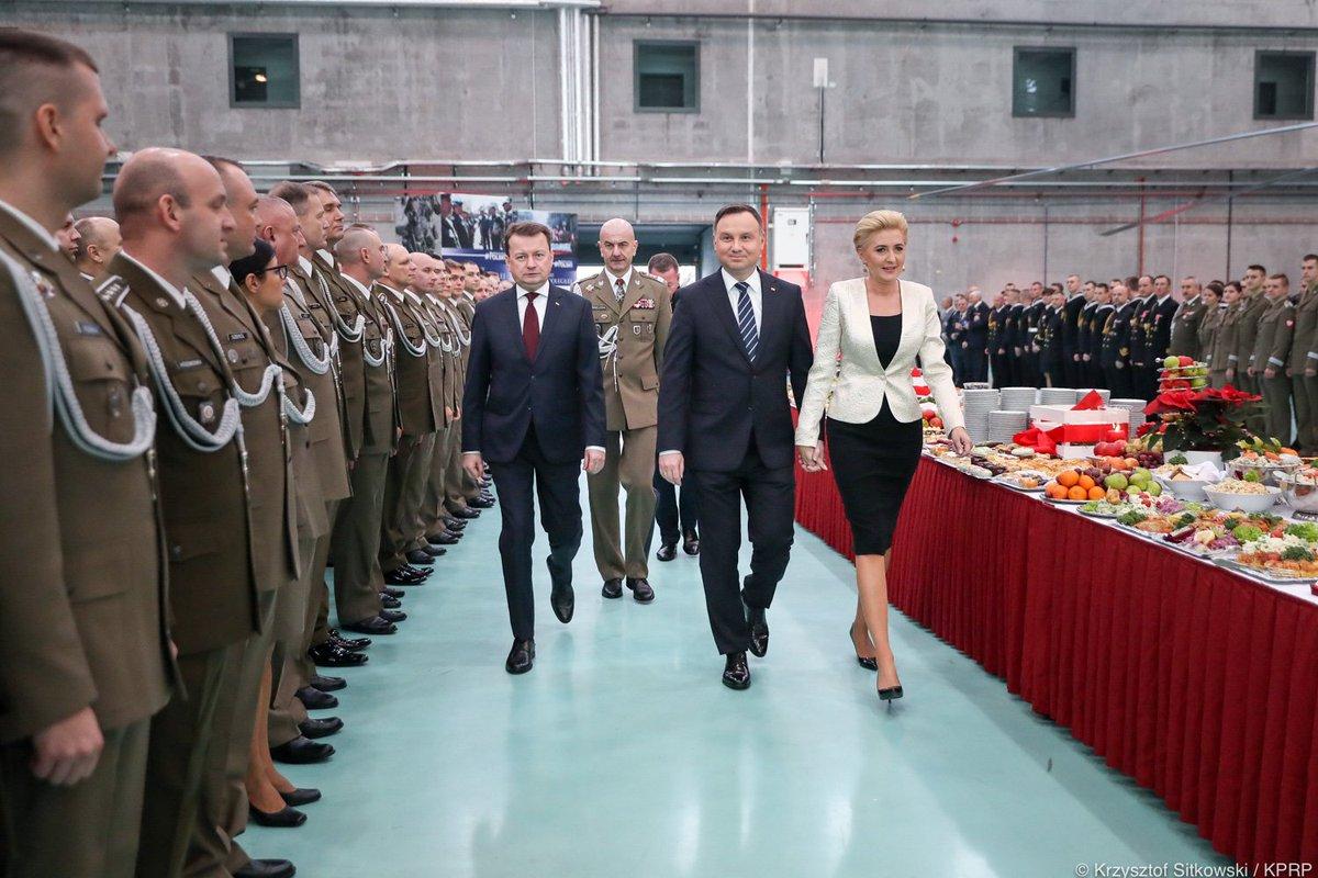 Para Prezydencka podzieliła się opłatkiem z żołnierzami w 1. Bazie Lotnictwa Transportowego w Warszawie.  http://www.prezydent.pl/aktualnosci/wydarzenia/art,1226,prezydent-zrobimy-wszystko-zebyscie-mogli-sluzyc-jak-najbezpieczniej.html…
