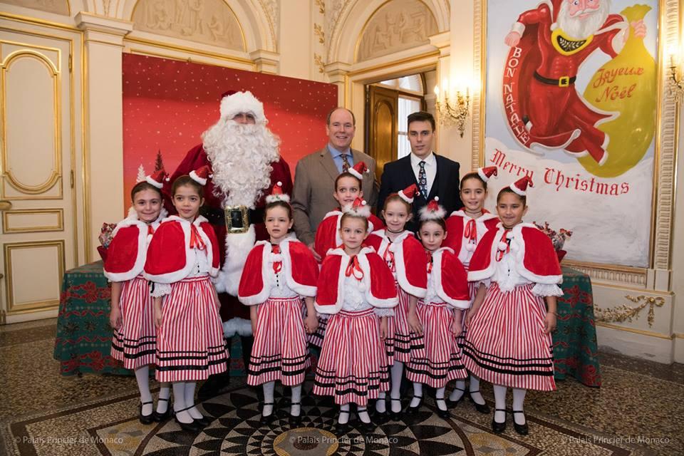 Князь Монако Альбер II и его племянник провели рождественскую вечеринку для 600 детей