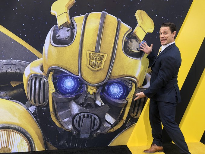 Here with Bumblebee at the world premiere of #BumblebeeMovie! @bumblebeemovie Photo