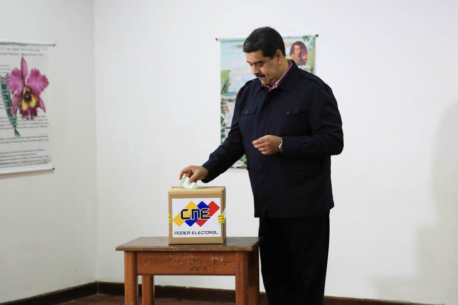 #VenezuelaDecide🇻🇪  I @NicolasMaduro ejerce su derecho al voto en las #EleccionesConcejales → https://t.co/tPRg6k09fZ   El mandatario celebró que las de hoy son las elecciones número 25 en lo que va de los casi 20 años de Revolución Bolivariana