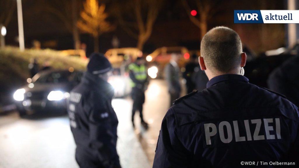 In Mülheim/Ruhr ist die Polizei mit mehreren Hundertschaften im Einsatz - wegen einer Hochzeitsfeier zweier libanesischer Familienclans. Laut Polizei gibt es Kontakte ins Rocker-Millieu. Die Beamten kontrollieren Autos der rund 900 Gäste. Es gab einzelne Festnahmen.