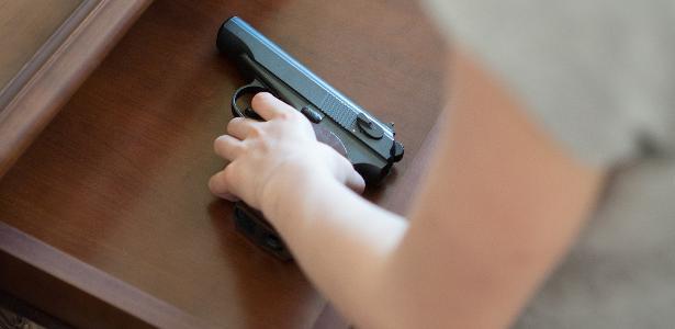 Garota de 13 anos usa arma do pai PM para roleta-russa e mata colega na BA https://t.co/NZCIoSjd06