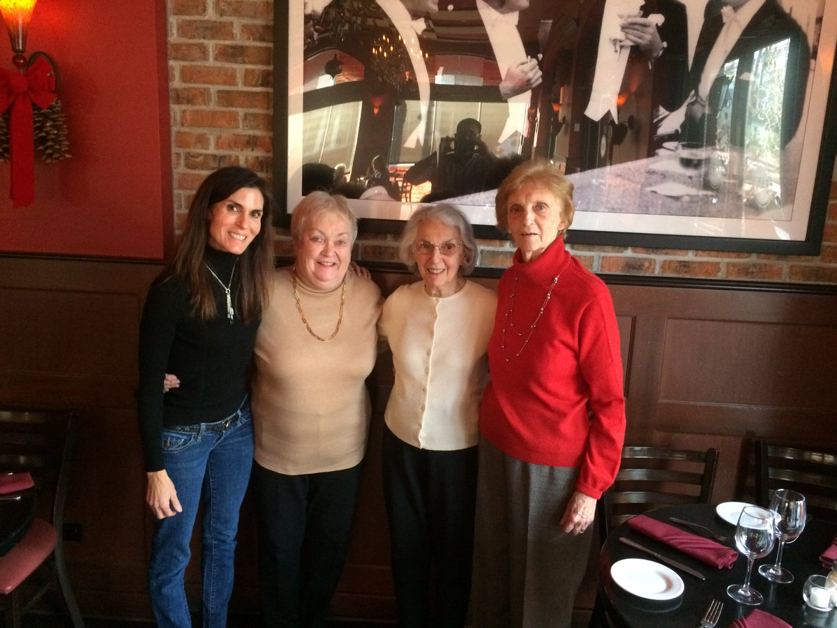 Whats the best present for the Holidays? For me, its experiences. My mom always asks for a trip to see her 2 best friends + enjoy a lunch together. This will be our 3rd year enjoying this 🎁 together. ❤️ #gifts #SundayThoughts #holidays #Christmas #Hannukah #motherdaughter #tip