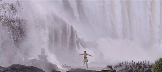 今日は冬らしく寒い朝。昨日は久しぶりに滝ダンス見てた。見てても寒くなかった。やっぱりhotだからね。 シヴドゥを見上げる民衆とシヴァリンガの構図がいいなあ。 #baahubali #prabhas Photo