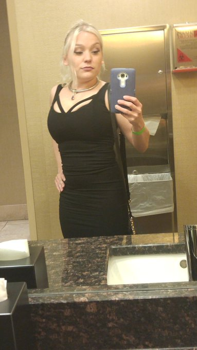 Bathroom selfie. Am I doing it right?  At the fancy party. Out of my element. https://t.co/Tg5kxotK6