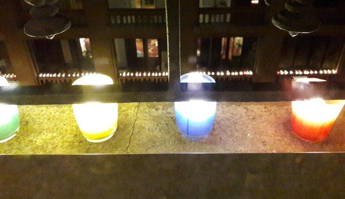 @1mot1photo #1mot1photo Le 8 décembre à Lyon, sur la bordure des fenêtres, nous mettons des luminions(oui on dit ça). Fête des lumières. Photo