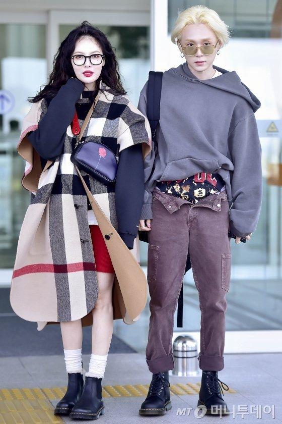 HyunA♥E'Dawn show off their unique airport fashion…shocks with flowing pants  https://t.co/YIyNof6XJK