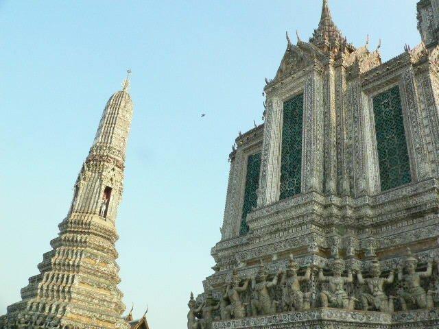 test ツイッターメディア - 「暁の寺院(ワットアルン)」タイ バンコク市内のチャオプラヤ川対岸にそびえたつ寺院です❢ 王宮をはじめとする他のきらびやかな寺院に比べると遠くから眺めると地味な感じですが、近づいてみると彫刻などでいろいろな装飾が施されていることが分かり、感動しました。 https://t.co/h9SznBuZhf