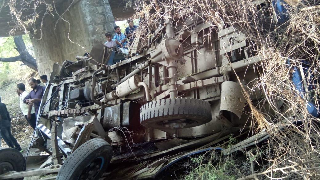 ભાવનગર: ખાનગી મીની બસ નાળામાં ખાબકતા 4 લોકોના ઘટનાસ્થળે મોત, 30થી વધુ ઈજાગ્રસ્ત