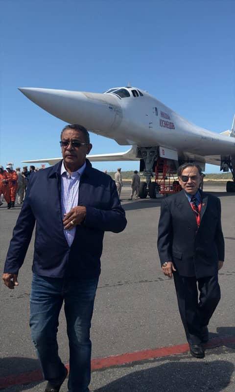 (Fotos) Para cooperación militar: Llegan a Venezuela dos bombarderos estratégicos rusos Tu-160 DuEsps0WkAASOtz