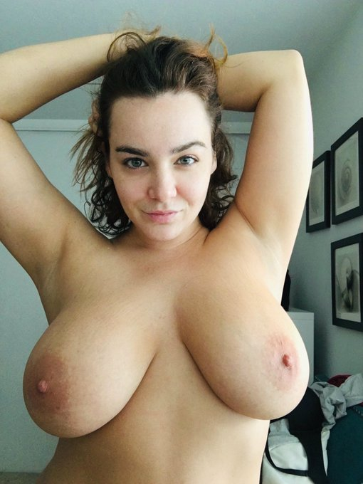 1 pic. Hey Sunshines! ☀️ Hope you all had a good weekend! See you all on cam later! 💋 #boobs https://t