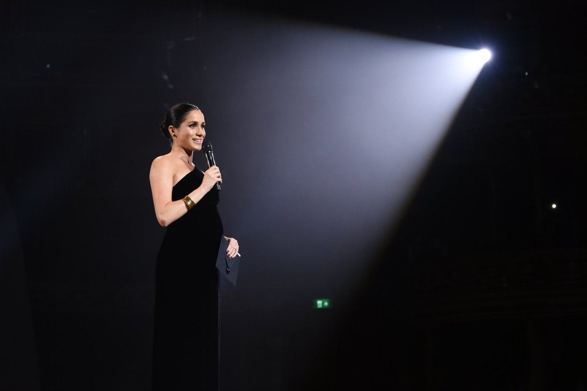 HRH the Duchess of Sussex presenting the award for womenswear designer of the year 💕 #FashionAwards