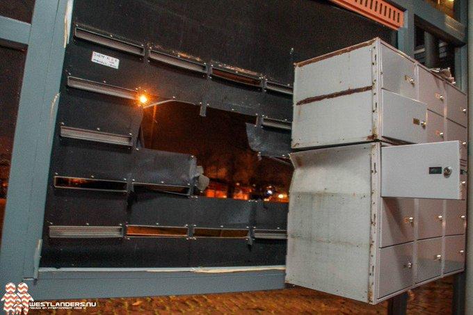 Brievenbussen opgeblazen met vuurwerkbom https://t.co/jfm2qrwzpJ https://t.co/NtGOAfLhI5