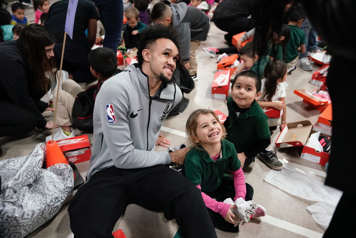 Earlier today, Coach Popovich and Derrick White spread Christmas cheer at Pershing Elementary by donating kicks to every student through Shoes That Fit. 👟  #SeasonOfGiving | #NBACares