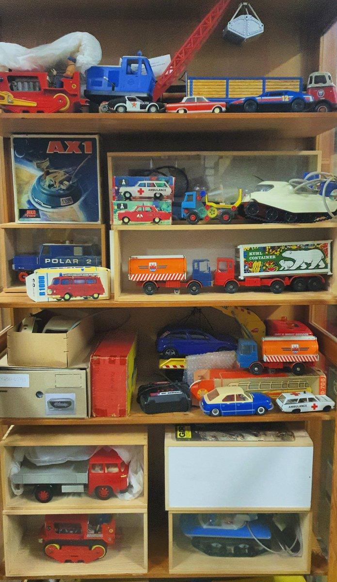 """Die Spielzeugsammlung des @StadtmuseumBLN ist zum #DepotDienstag unerschöpflich. Hier ein Schrank voller elektromechanischer Spielzeuge. Oben links etwa das """"AX1"""", ein Mondfahrzeug-Modell aus den 70er-Jahren, hergestellt in Eisfeld in Thüringen. #Spielzeug"""