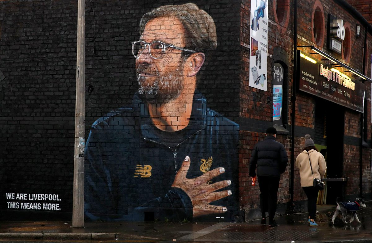 📸 Graffitied on the streets of Liverpool...   @LFC's artist becomes the art 👨🎨