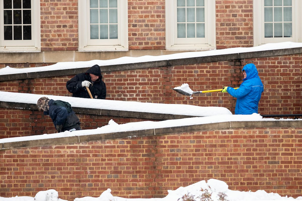 A special thank you to @UNCFacServ and all the Tar Heels who are working so hard to keep campus safe and running on this snowy day! #UNC https://t.co/0Aq48sDCtE