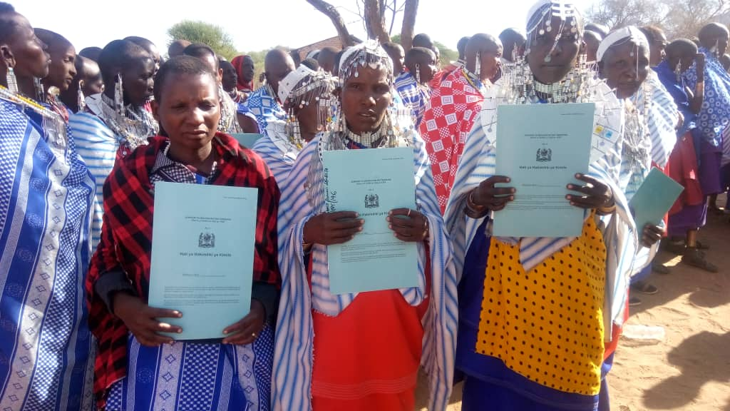 MAASAI WOMEN AND LAND: 134 women from 3 villages of Kiteto, Arusha, received their CertificatesOfCustomaryRightOfOccupancy-CCROs, which means they are legal owners of their land, thanks to UCRT, a CSO supported by @FCSTZ @shamsia27 @TawlaTZ @TAMWA_