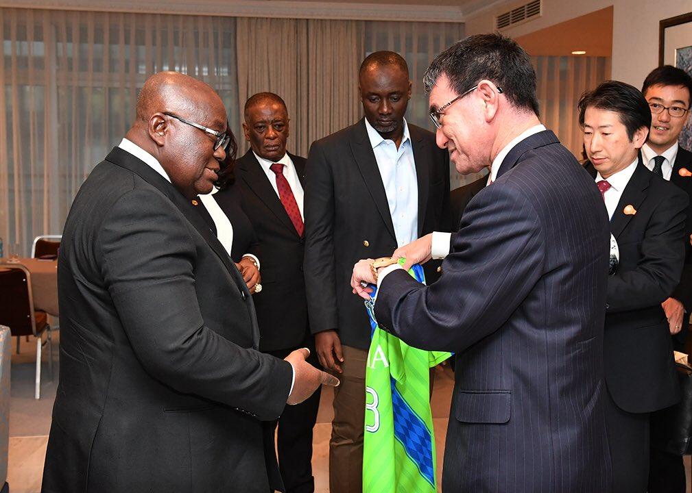 アクフォ=アド・ガーナ国大統領表敬サッカーが大好きな大統領に湘南ベルマーレのユニフォームをプレゼントしました。