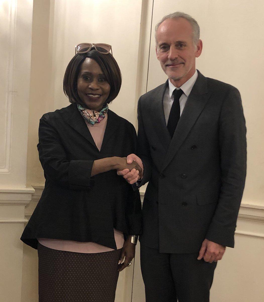 Félicitations à @JudiWakhungu, ambassadrice du Kenya 🇰🇪 en France 🇫🇷. Ministre de l'environnement en 2013, elle a fait passer une loi punissant de 20 millions de shillings et 20 ans de prison les braconniers d'#elephants et de #rhinoceros. Bilan: diminution de 80% du #braconnage!