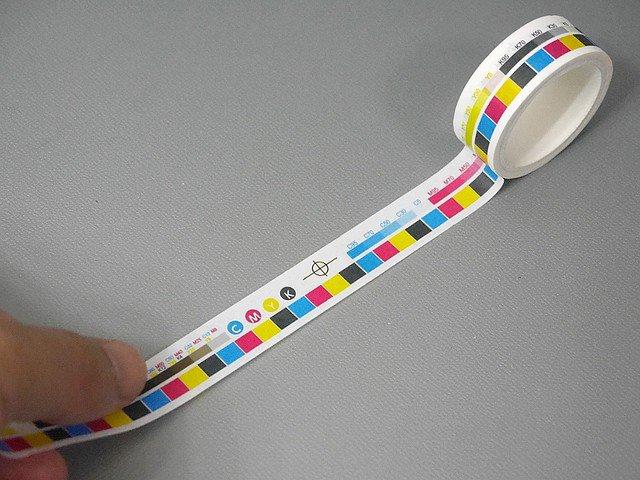 1000RT:【リアルすぎ?】なんでも「色校正」にできるマスキングテープ https://t.co/kFxfEz8CgM  ガシャポングッズとして200円で販売。その他にも竹定規、原稿用紙など5種類の柄をリアルに再現している。