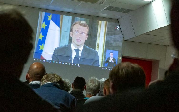 Wow. #Macron's adress to the nation yesterday night was more watched (23 million viewers) than the World Cup final (22.3 million viewers). You know something isn't right when politics trumps football in France. #GiletsJaunes #Macron20H <br>http://pic.twitter.com/9gxfafbfNC