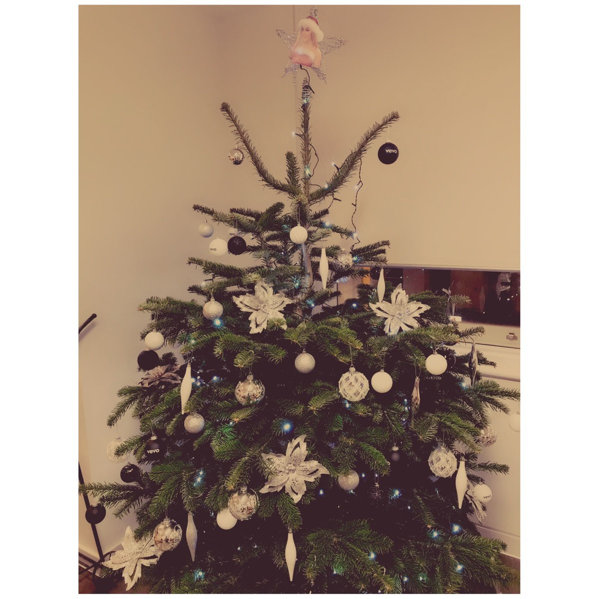 there was only ever going to be one person on the top of our tree this year and that person is @ArianaGrande 🎅🎄♡