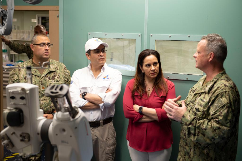 #USNavy photos of the day: Honduran President and first lady visit #USNSComfort, Sailors conduct flight-ops aboard #USSSomerset, Sailors fire a .50 cal aboard #USSMichaelMonsoor, and #USSForrestSherman conducts a #Vertrep. ℹ️ info and ⬇️ download: navy.mil/viewPhoto.asp?…