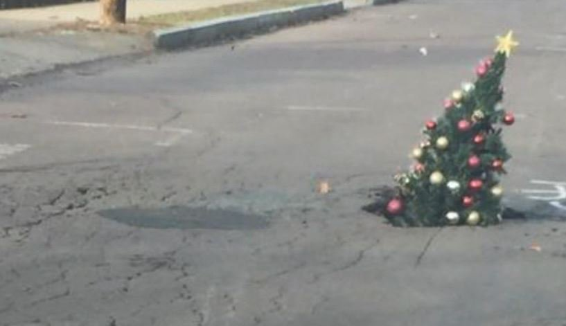 Neighbors fill growing pothole with Christmas tree https://t.co/SjagtkzJj9 #10TV