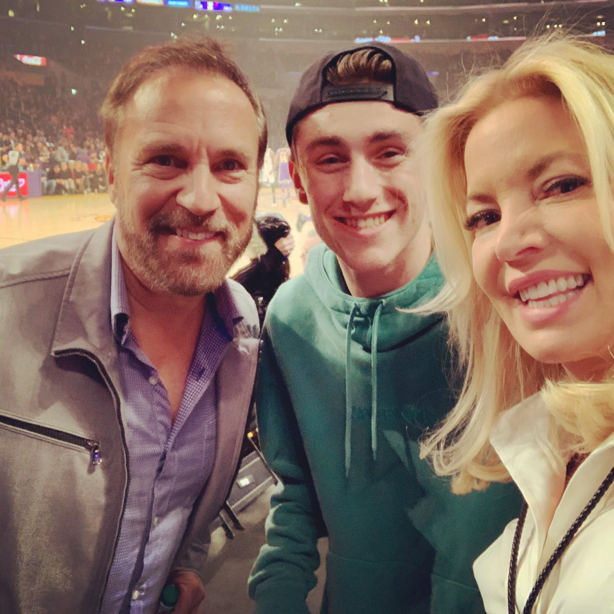 "Son away at college tells me he saw his old school pal Sam on Instagram w/his #Lakers owner AuntJeanie. I arrive at #lakersgame - ""Hey Jeanie, Justin saw you in a pic w/AdamLevine's brother."" @JeanieBuss: ""Yes. He's right here."" Boom. Snap. #lifeatthestaplespic.twitter.com/vjtwrw8yTd"