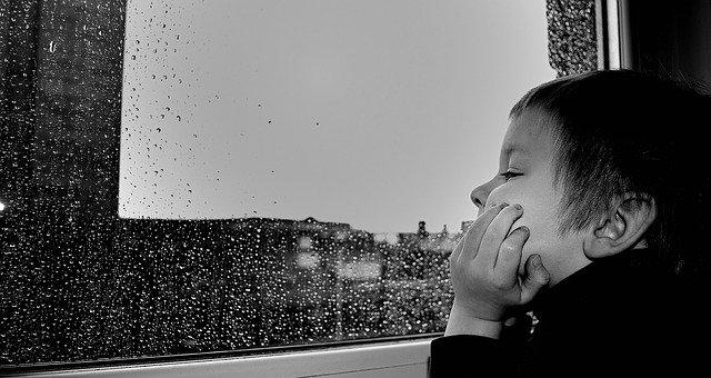 #MardiConseil Chaque année, 250 enfants de moins de 7 ans se défenestrent. 👉 Ne laissez rien (chaise, caisse,...) qui puisse servir de marche-pied devant une fenêtre. 👉 Installer des entrebâilleurs quand vous souhaitez aérer 👉 Gardez un œil sur vos loulous ! Photo