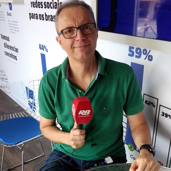 """Hoje, @ricapriotti comanda o Rádio Livre direto do Largo da Batata, no Truckvan.  Essa é uma parceria da @RBandeirantes e o """"Jornalismo em Movimento"""", um projeto de combate às Fake News."""