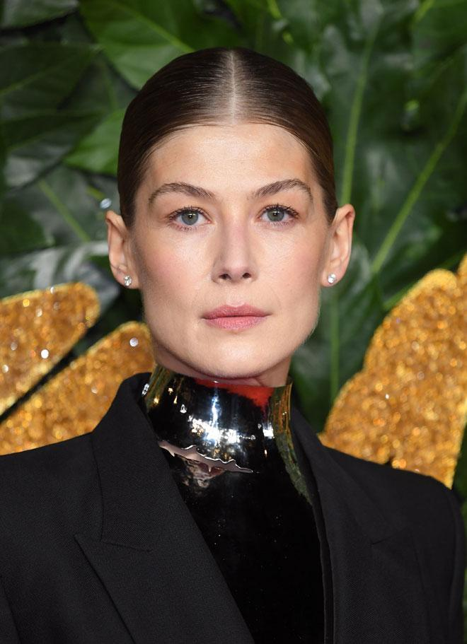 A girl after our own (wannabe) Parisian hearts, Rosamund Pike dares to go (almost) bare-faced at the British Fashion Awards.---> https://t.co/xesmrzkTBK