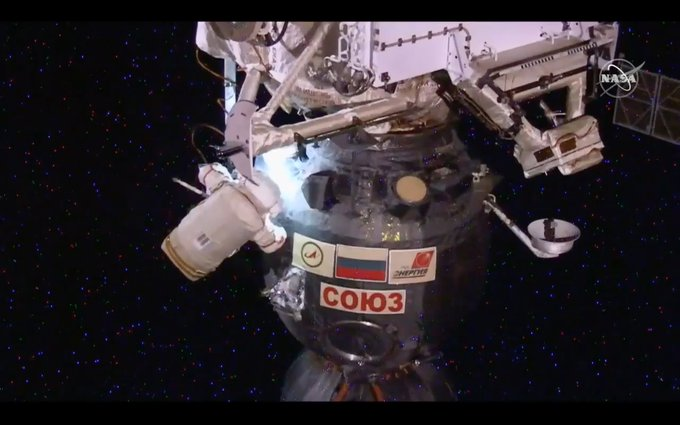 Así que la Soyuz MS-09 queda tal que de esta guisa. Su tripulación, de todos modos, estará en el módulo de descenso –el que en esta imagen se ve debajo– convenientemente sellado. Photo