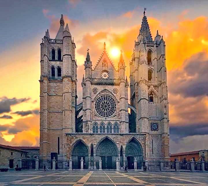 El sol se alza sobre la Pulchra Leonina recordando tiempos de mayor esplendor en la capital del viejo Reino de León.  Semeya: Carmina Zamora