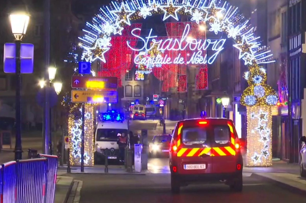 #UPDATE : Two French police union officials now say four people have died after a gunman started shooting near Strasbourg's Christmas market and the suspect was wounded, but is still at largehttps://t.co/GuqKyeat0X.