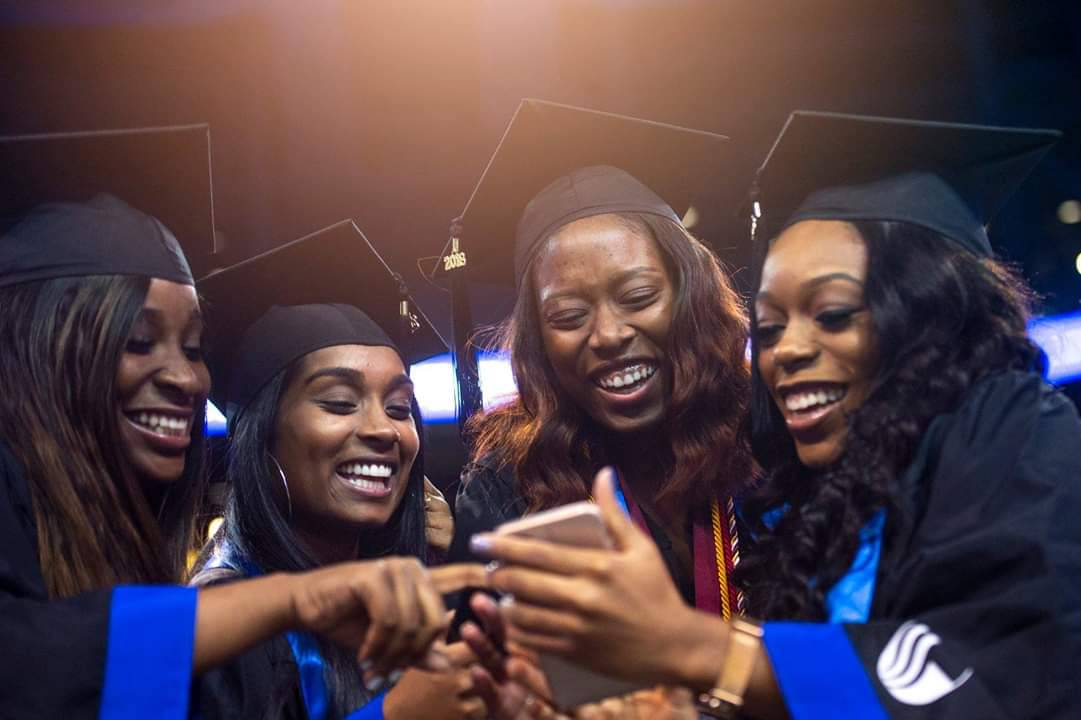 You did it #TheStateWay and that&#39;s a wrap! Congrats #GSU18 and welcome to @GaStateAlumni status! #GeorgiaState #gradszn #GSU <br>http://pic.twitter.com/TVCYtJYJWF