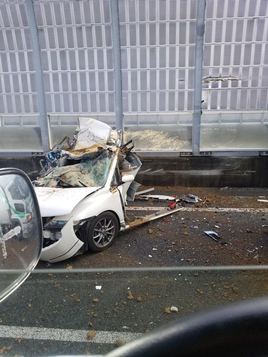 圏央道のあきる野IC付近で車が大破する玉突き事故の現場画像