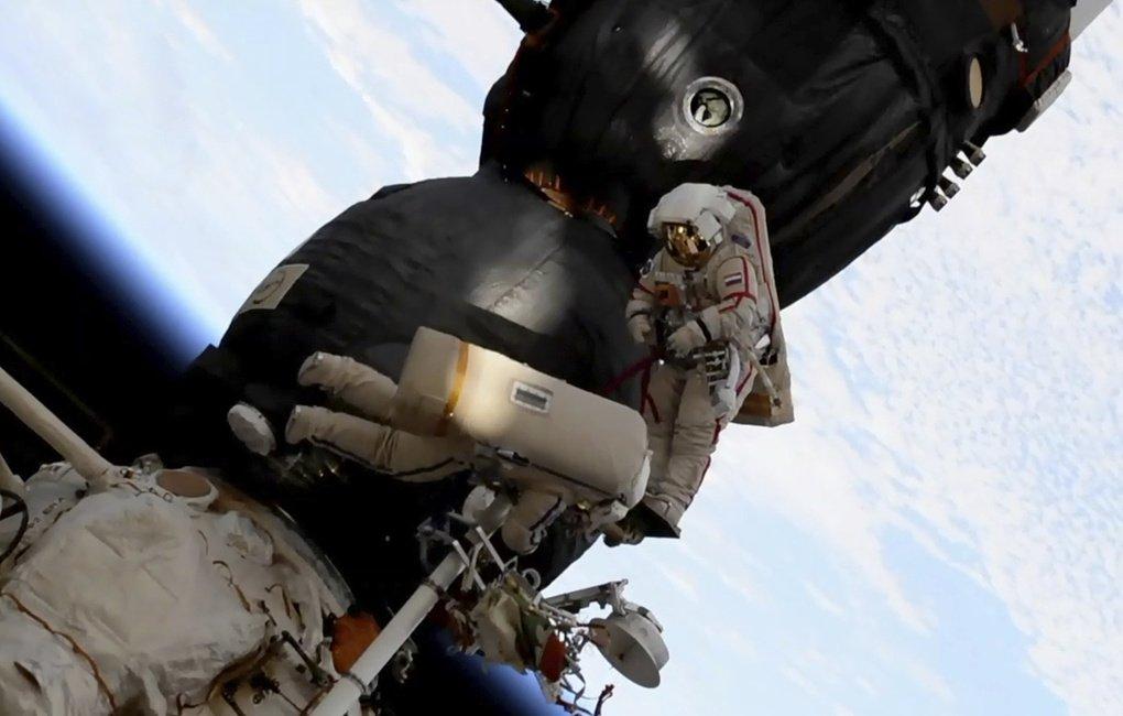 Российские космонавты нашли 'дыру' в 'Союзе МС-09' при вскрытии обшивки https://t.co/JLnJFOCwhU © NASA via AP