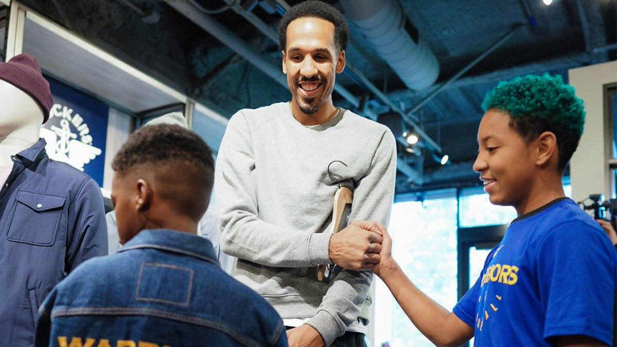 Three families had the ultimate @LEVIS shopping spree experience with @ShaunLivingston to get clothes needed for the holiday season.   #SeasonOfGiving | #NBACares 🤗