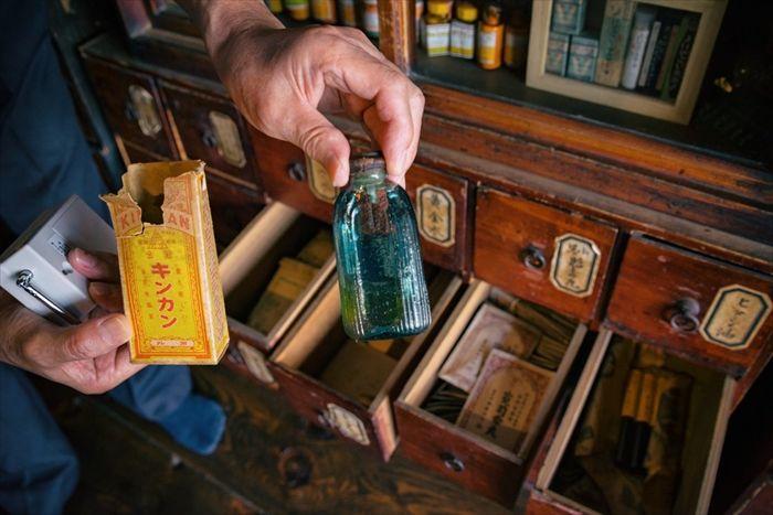 ノスタルジックな雰囲気がたまりません…… 「これは行かないと」「レベル高い」 秋田県で約300年続いた薬局が古い薬瓶や医療用品などを展示し話題に nlab.itmedia.co.jp/nl/articles/18…