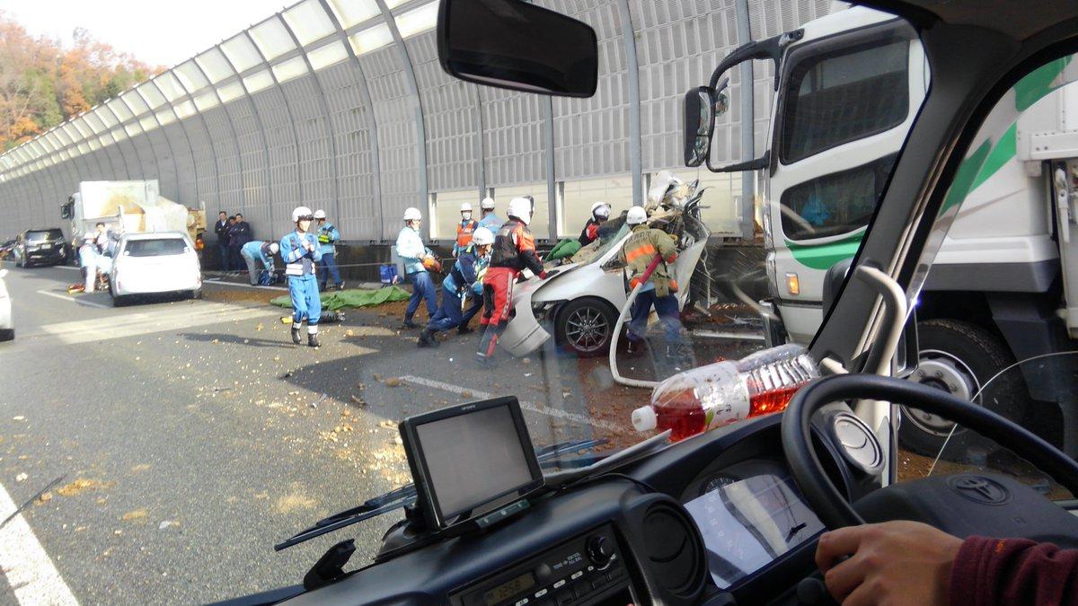 圏央道外回りの玉突き事故で乗用車が大破している現場画像