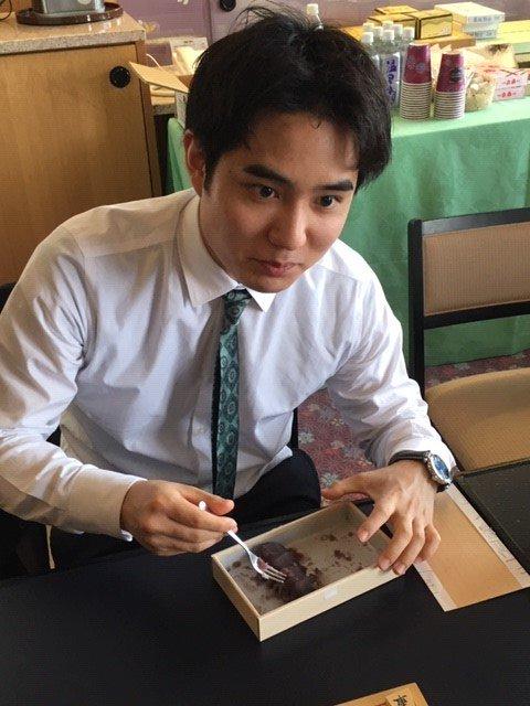 昼食後、検討室に戻って、差し入れの伊勢名物・赤福を食べる佐々木勇気七段。4個目をたいらげました。佐々木先生、1日目から飛ばしています。
