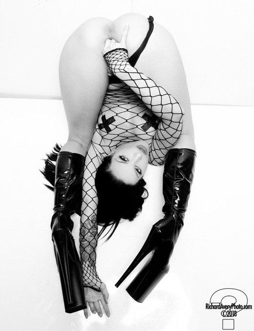 2 pic. Any way you want me 🌹  #kissasins #juliland ph: @dickavery https://t.co/aO8q6NCIGD